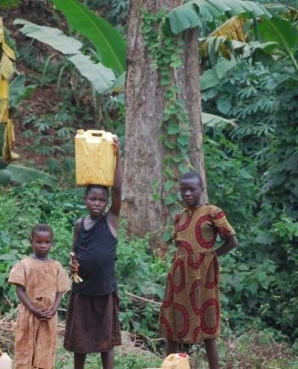 carrying-water-in-uganda